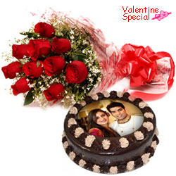 Appetizing Chocolate Photo Cake N Roses Bouquet for Rose Day