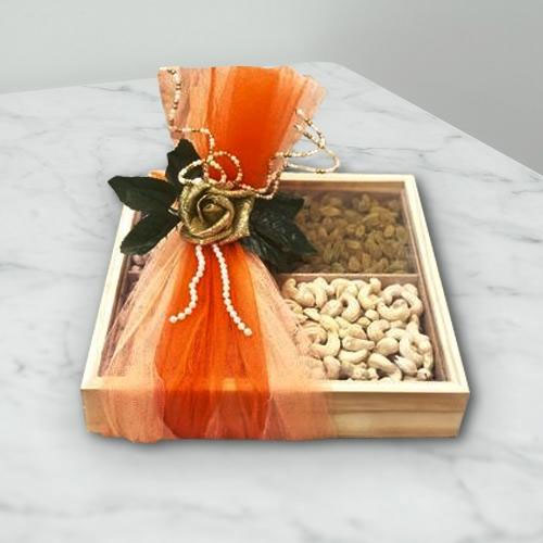 Exquisite Mix of Raisins N Cashew in a Gift Box
