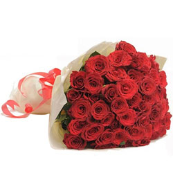 Stylish Bunch of Red Roses elegantly designed in Tissue